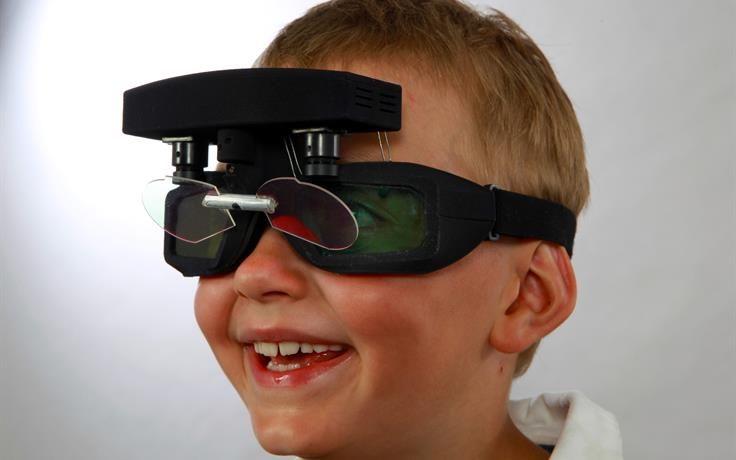 Kind während Augentest