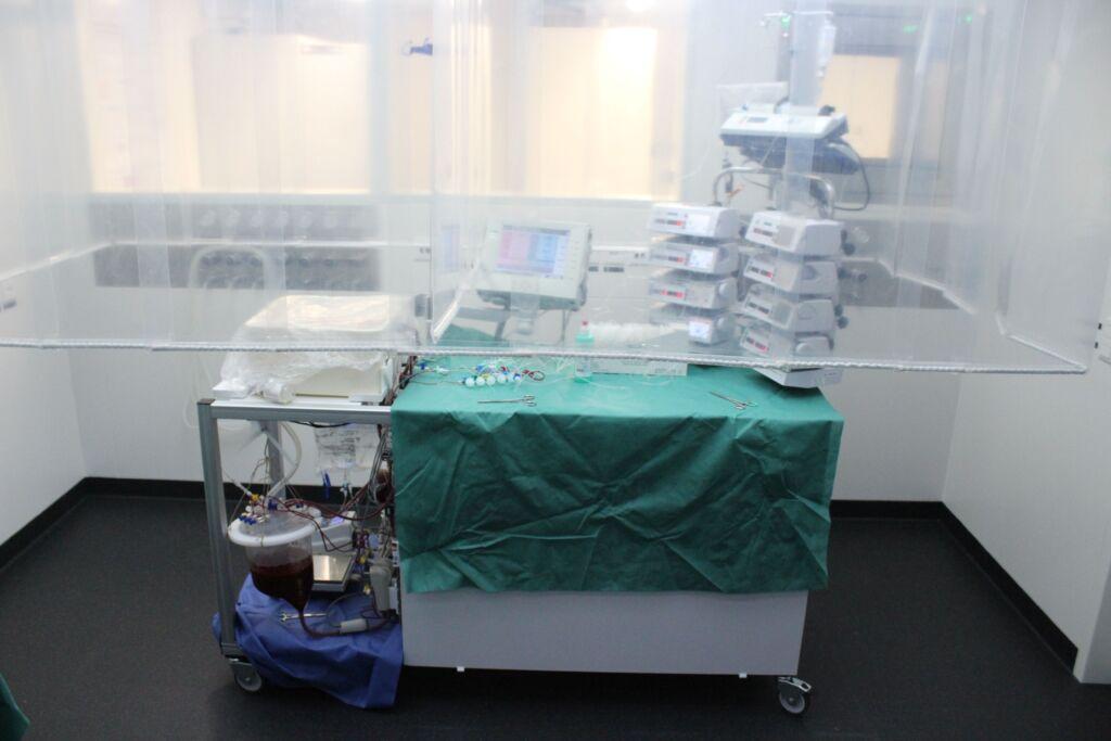 Die Perfusionsmaschine in Betrieb. Die Leber wird im weissen Behälter links oben angeschlossen
