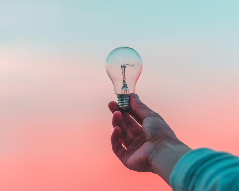 Glühbirne, die in einer Hand gehalten wird als Symbolbild für Kognition