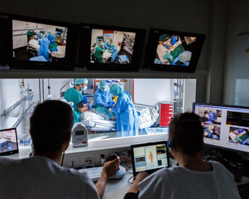 Simulationstraining aus der Sicht von zwei Personen im Kontrollraum