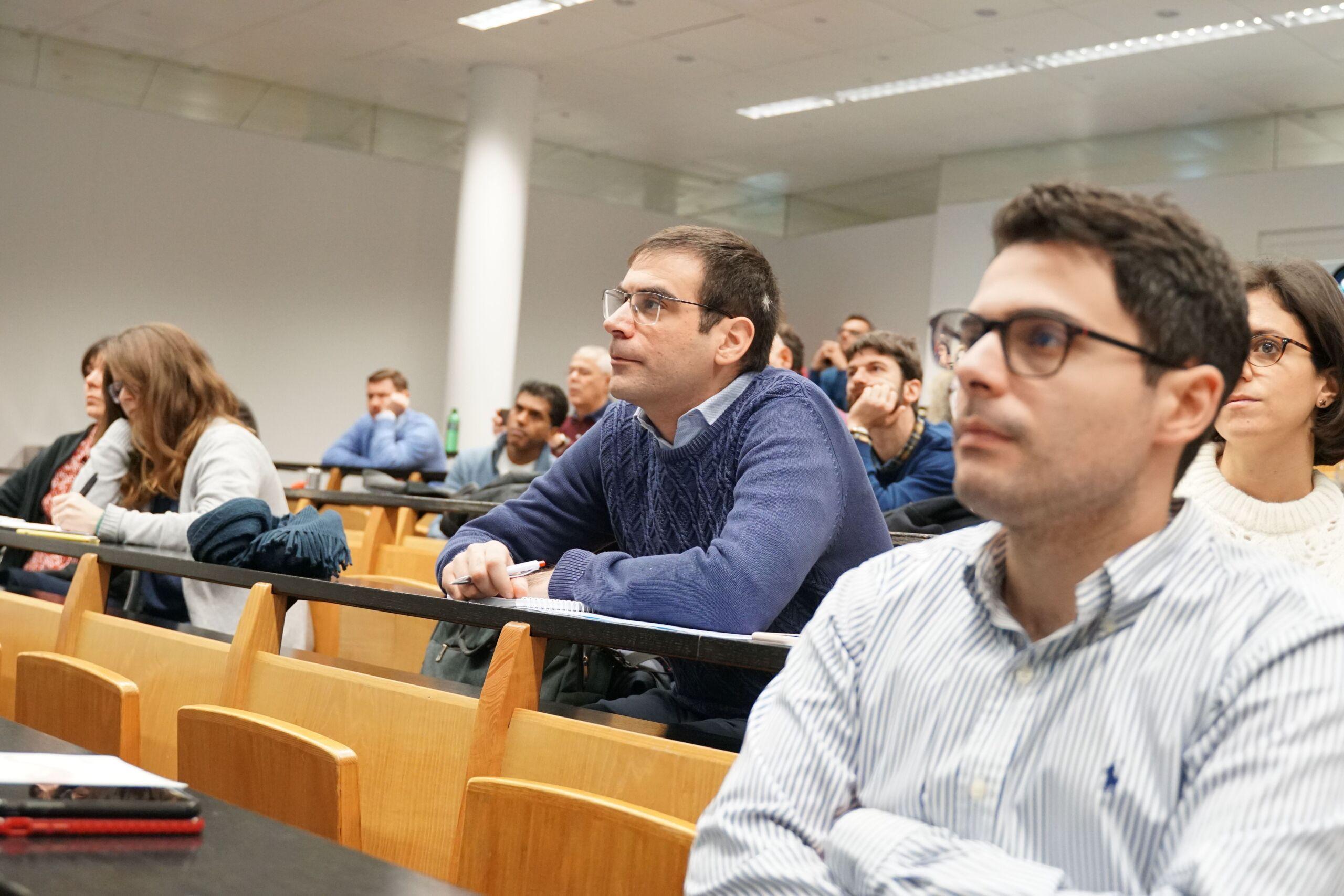 Ein gefüllter Vorlesungssaal mit interessierten Zuhörern