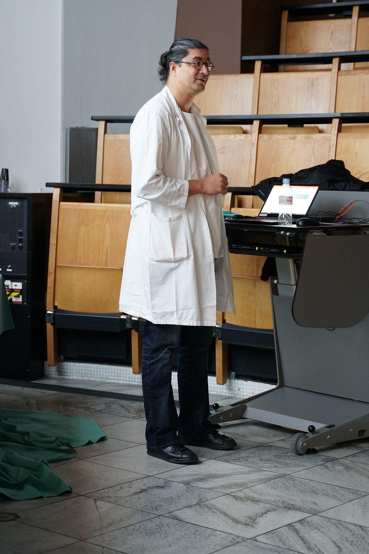 Ein Mann trägt etwas in einem Vorlesungssaal vor