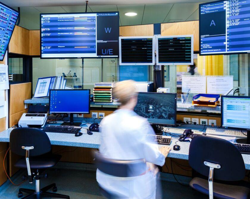 Frau im Büro in der Notfallstation