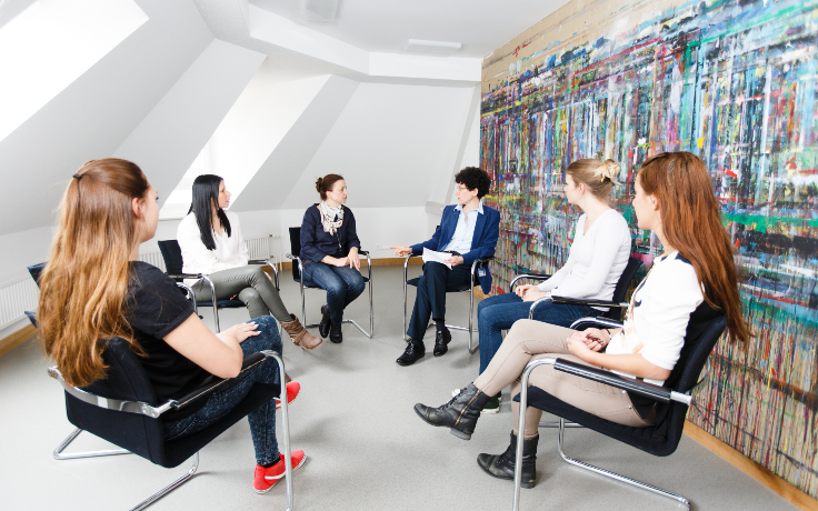 Eine Gruppentherapie mit sechs Frauen