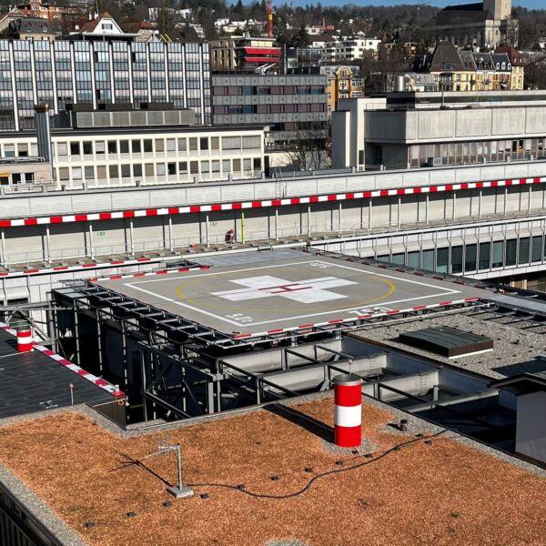 Rega Helikopter auf USZ Landeplatz
