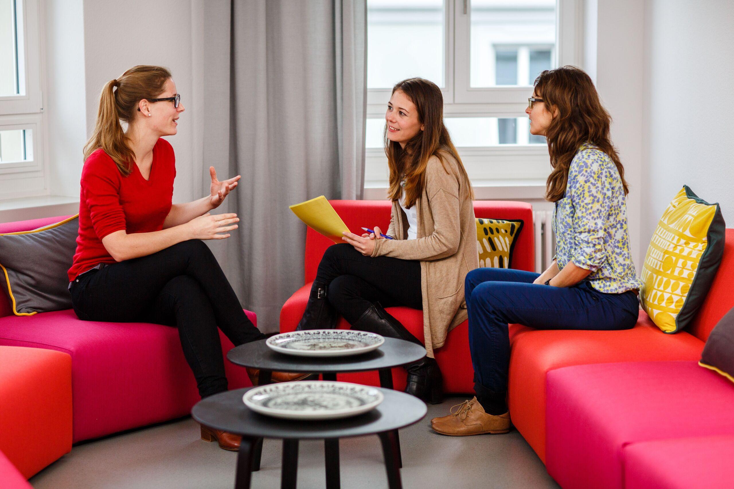 Drei Frauen reden in einer Therapiesitzung