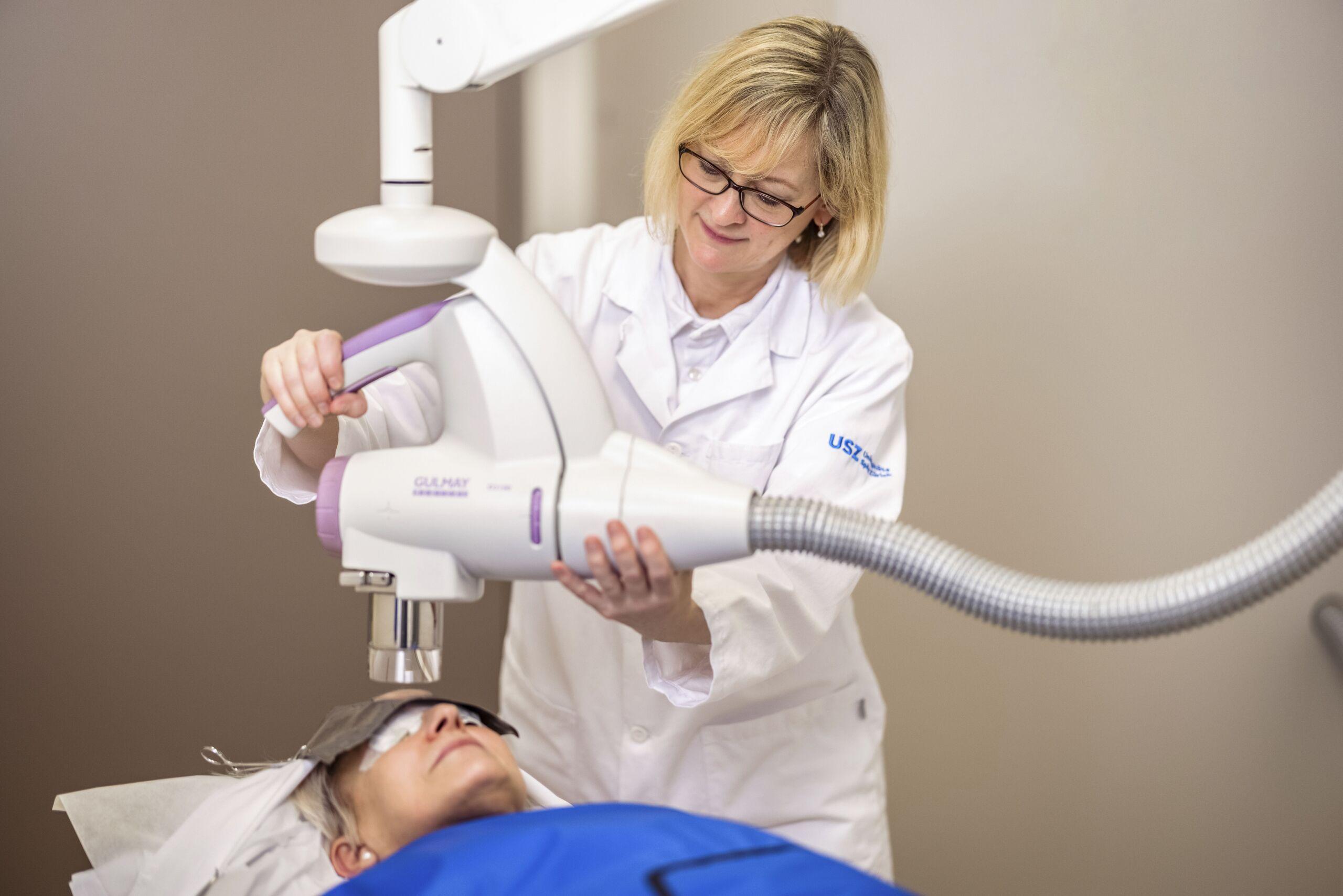 Eine Ärztin führt eine Lichttherapie durch