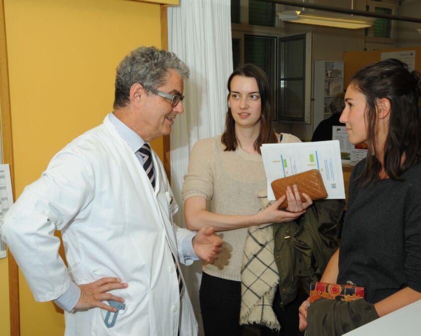 Ein Arzt redet mit zwei Frauen