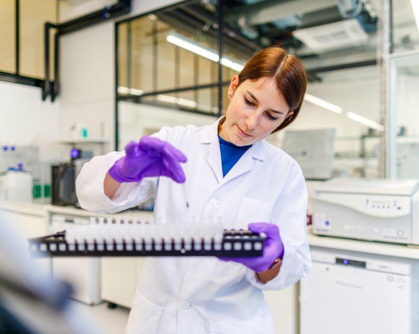 Forscherin pipettiert eine Lösung