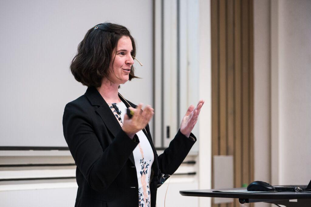 Eine Frau hält eine Präsentation