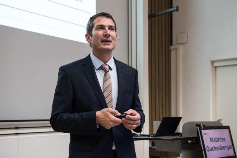 Matthias Guckenberger hält eine Präsentation