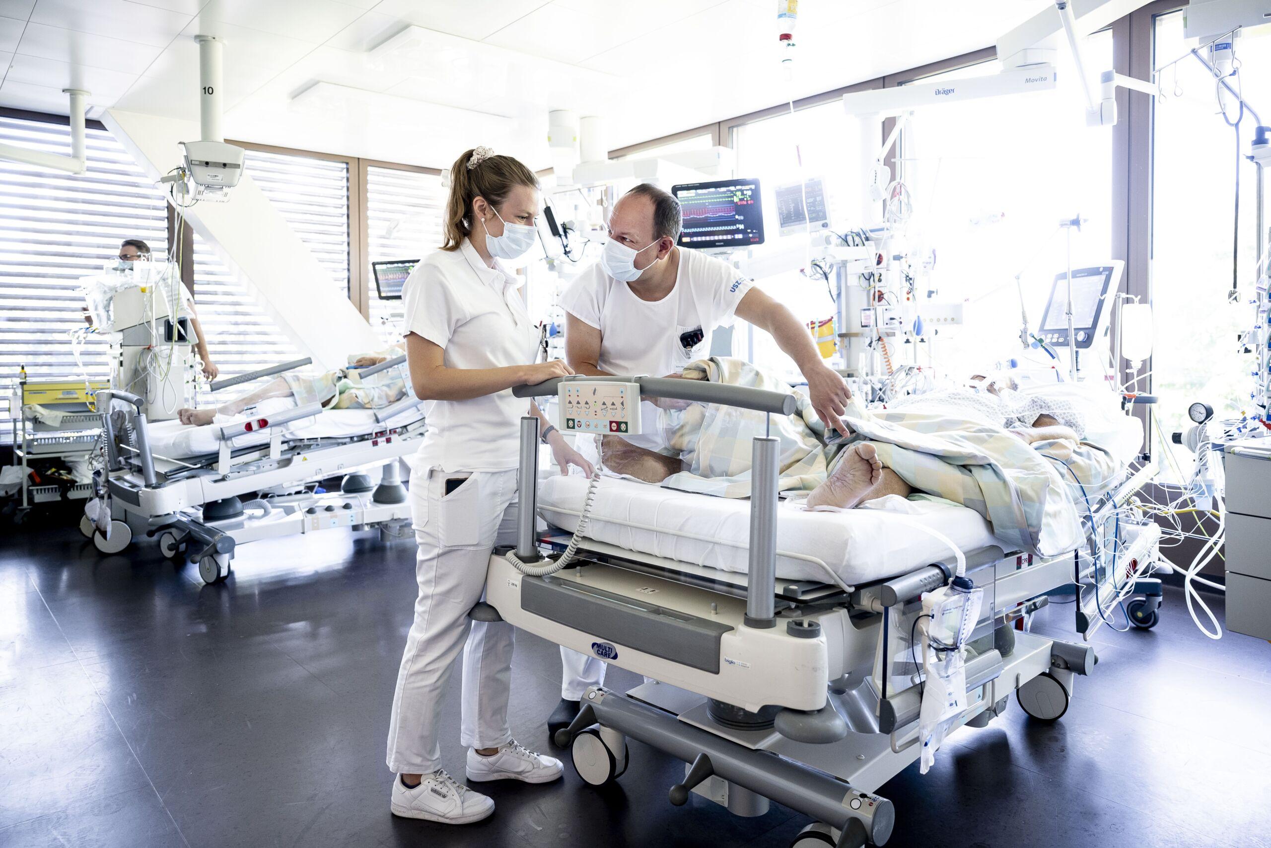 Eine Unterassistentin und ein Stationsoberarzt stehen an einem IPS Bett