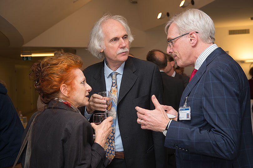 Zwei Männer und eine Frau diskutieren miteinander