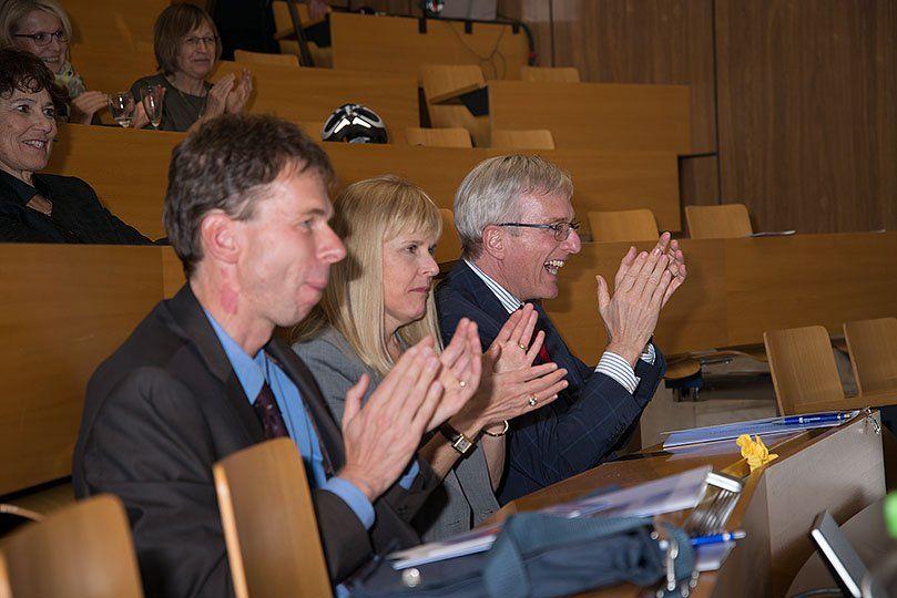 Das Publikum applaudiert in einem Vorlesungssaal