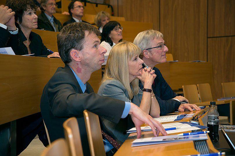 Zuschauer einer Präsentation hören gespannt zu