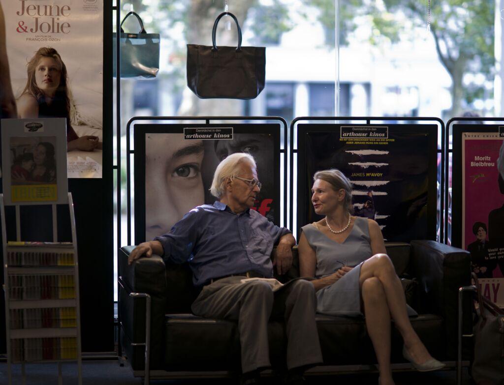 Ein Mann und eine Frau sitzen bequem auf einem Sofa