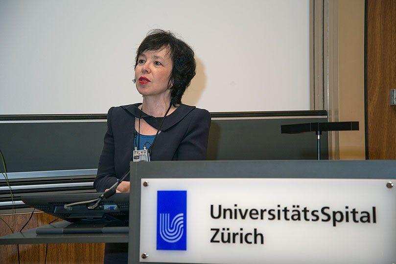 Eine Frau hält eine Präsentation an einem Rednerpult