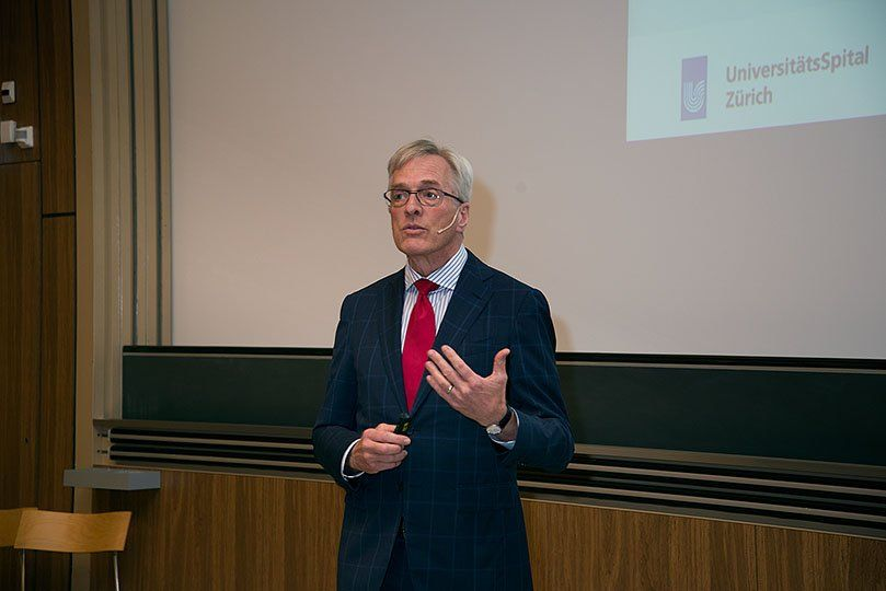Ein Mann hält eine Präsentation