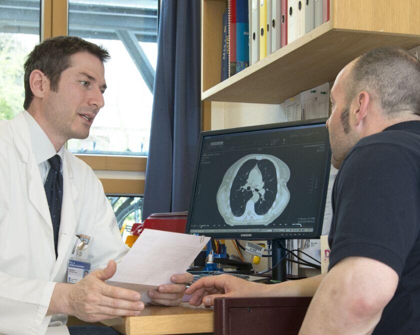 Ein Arzt erklärt einem Patienten sein MRI Bild