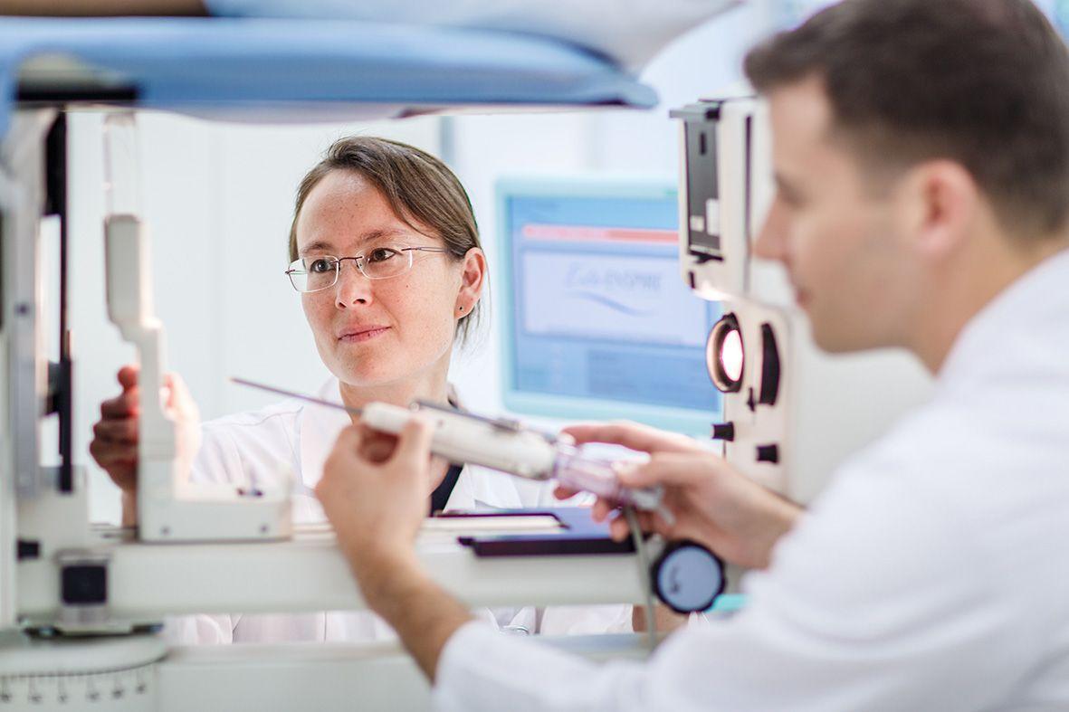 Eine Ärztin und ein Arzt schauen sich zusammen ein Gerät an