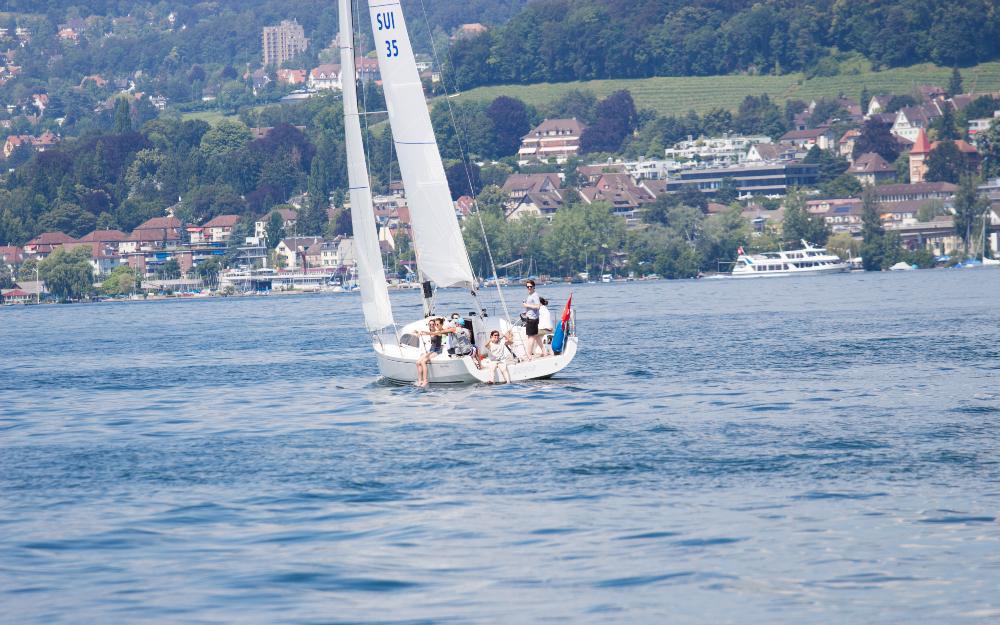 Ein paar Personen segeln auf einem See
