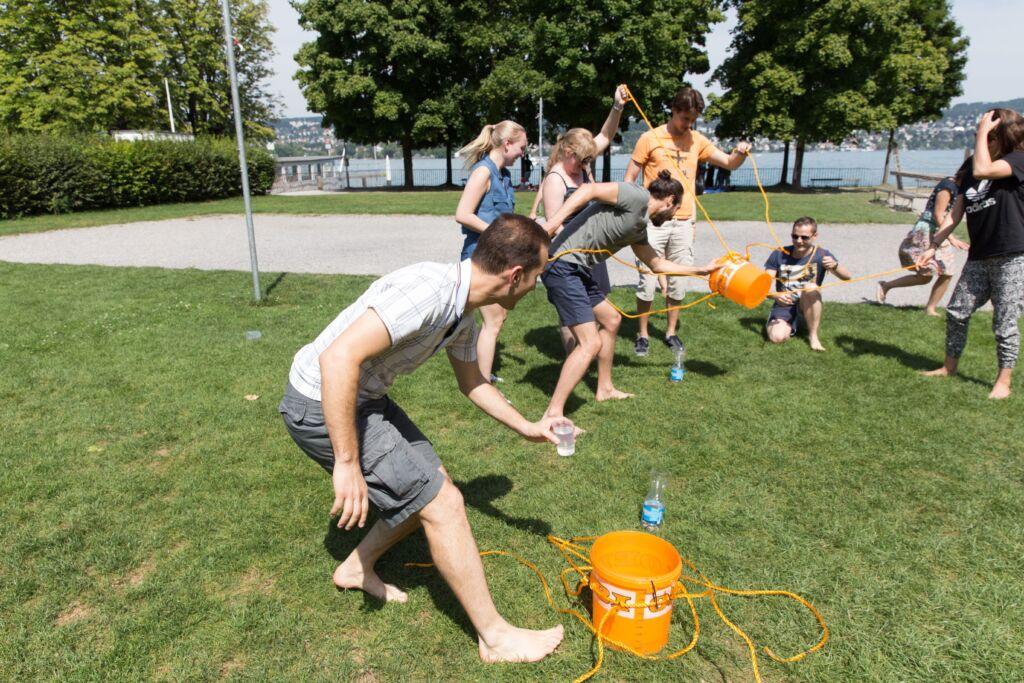 Ein paar Personen machen eine Challenge in einem Park