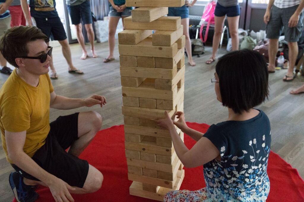 Ein Mann und eine Frau spielen Jenga