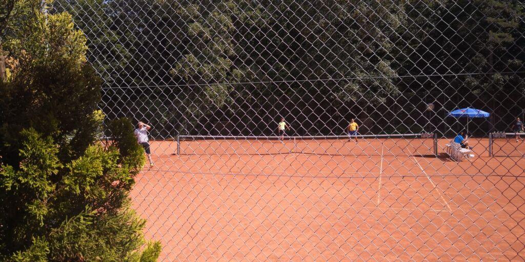 Ein Tennisplatz draussen