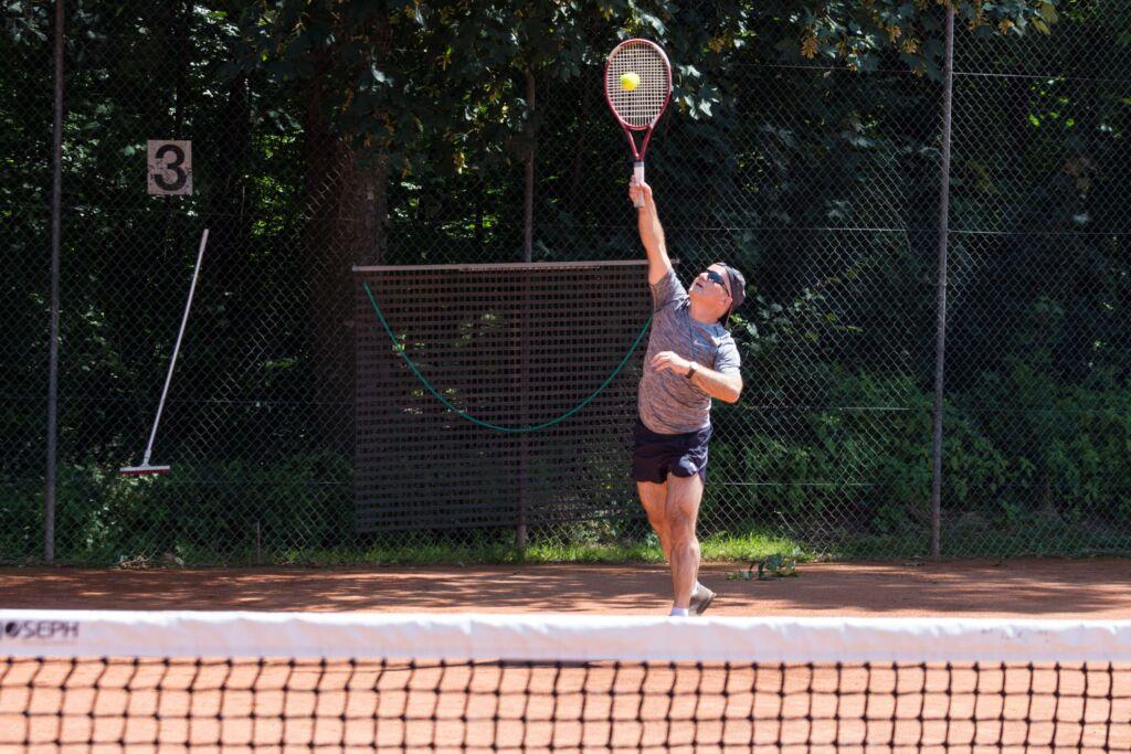 Ein Mann macht einen Tennisaufschlag