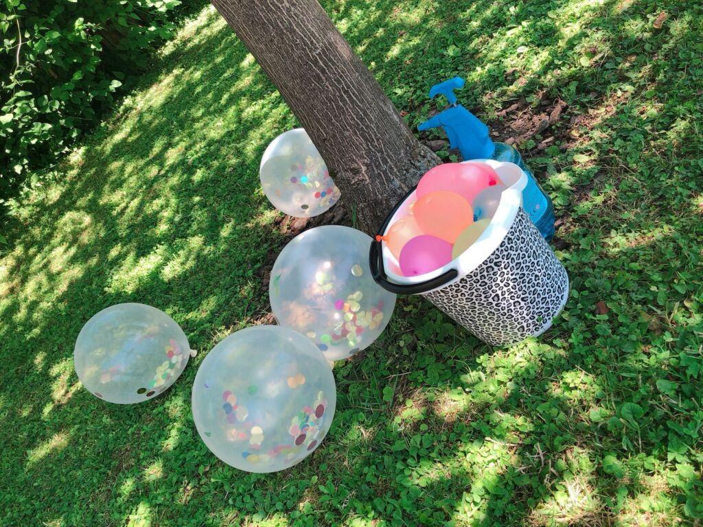 Ballons und Wasserballone in einer Wiese