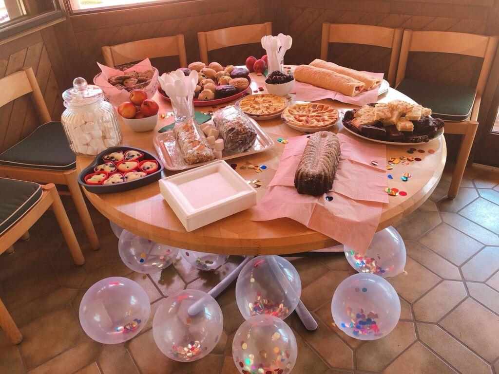 Dessert Buffet mit diversen Keksen und Kuchen