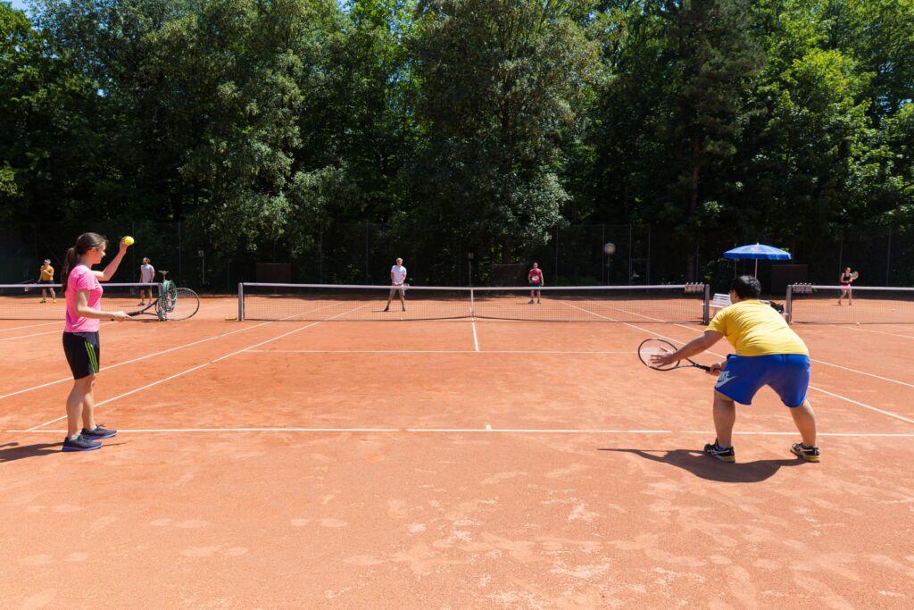 Drei besetzte Tennisplätze draussen