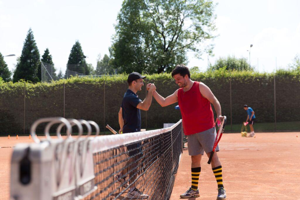 Zwei Tennisspieler klatschen sich ab