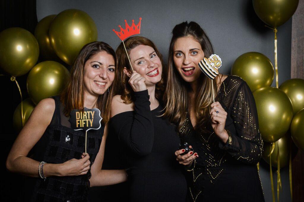 Drei Frauen posieren für ein Gruppenfoto eines Galaabends