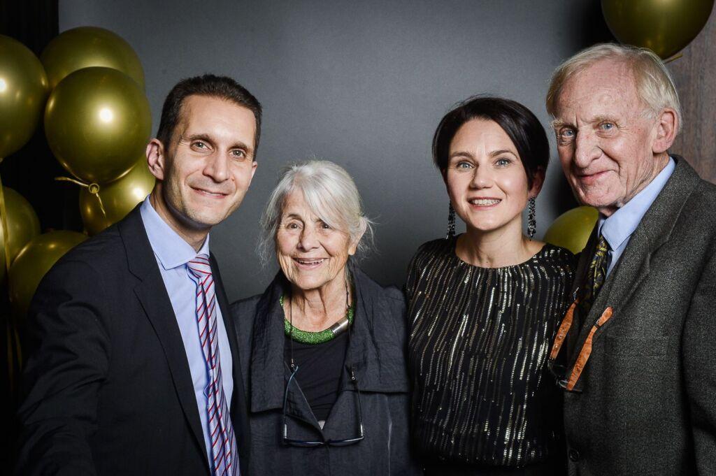 Vier Personen posieren für ein Gruppenfoto eines Galaabends