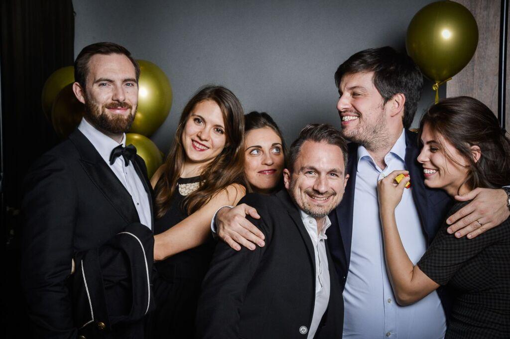 Mehrere Personen posieren für ein Gruppenfoto eines Galaabends