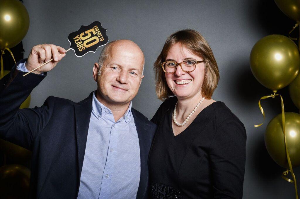 Ein Mann und eine Frau posieren für ein Foto eines Galaabends