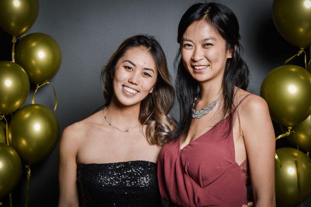 Zwei Frauen posieren für ein Foto eines Galaabends