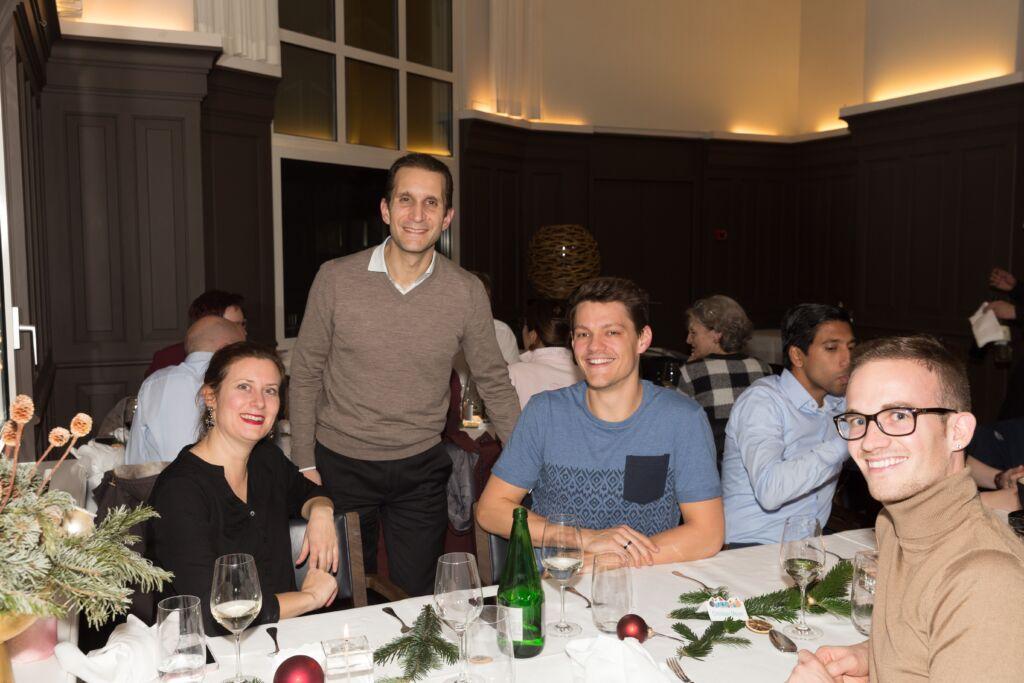 Mehrere Personen sitzen an einem Tisch an Weihnachten
