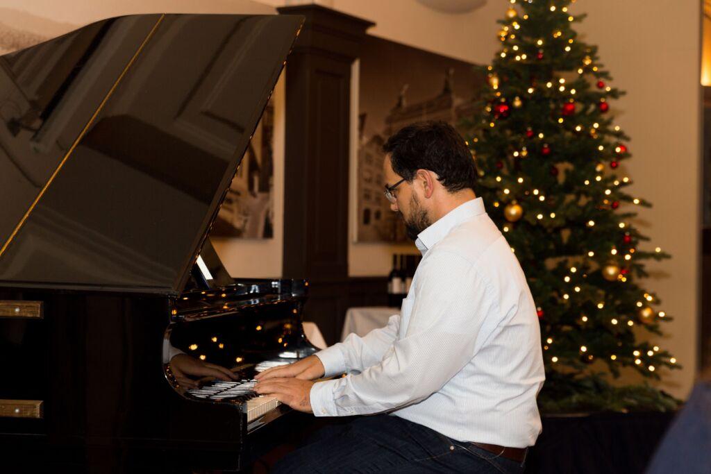 Ein Mann spielt an einem Klavier