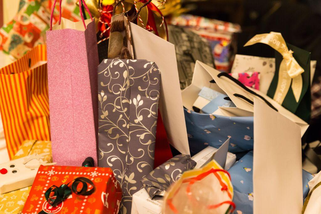 Viele Geschenke auf einem Tisch