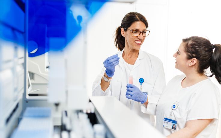 Zwei Forscherinnen diskutieren etwas in einem Labor