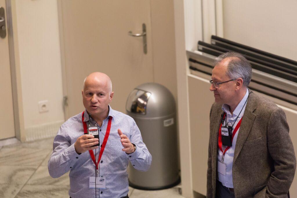 Zwei Männer halten eine Präsentation zusammen