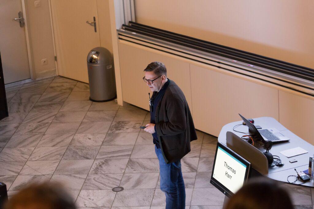 Thomas Harr hält eine Präsentation