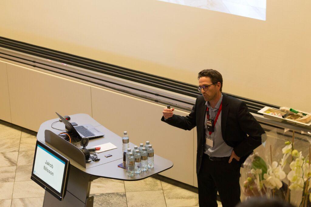 Jakob Nilsson hält eine Präsentation