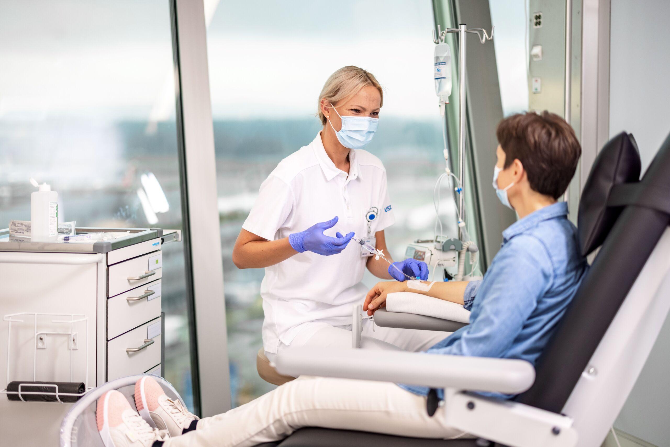 Eine Ärztin führt eine Infusionstherapie durch.