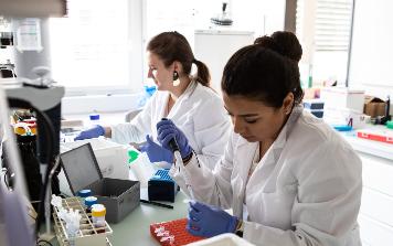 Zwei Forscherinnen am arbeiten