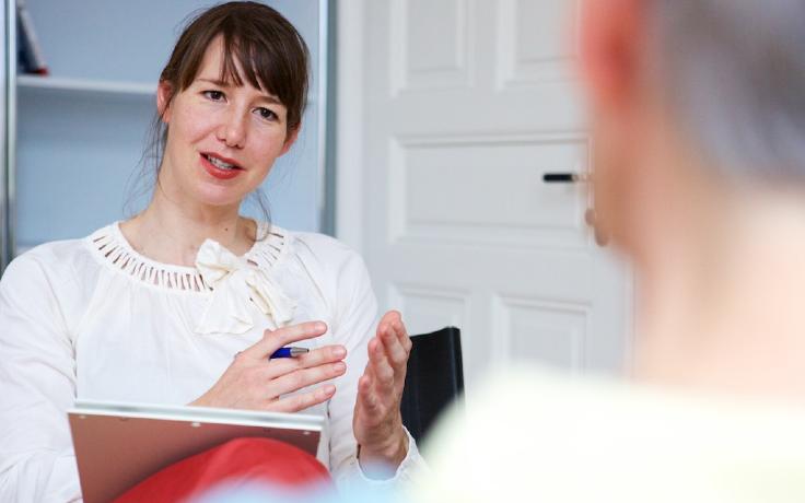 Eine Therapeutin beredet etwas mit ihrer Patientin
