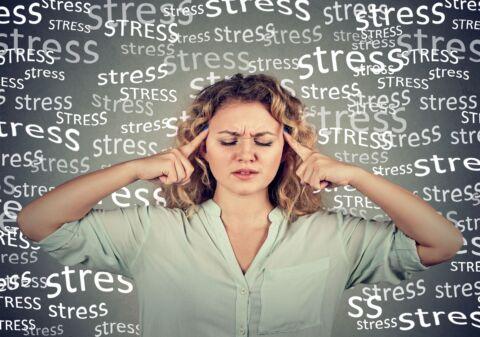 traurige junge Frau mit besorgtem gestressten Gesichtsausdruck
