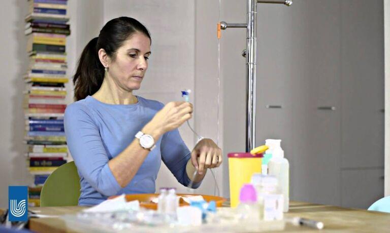 Video Platzhalter - Frau schliesst Infusion Mit Dem Spülfläschchen Und Der NaCl Spritze ab